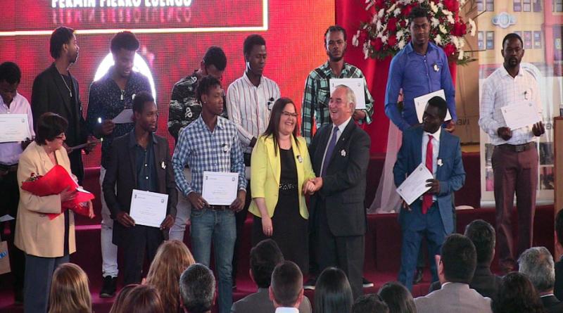 Haitianos reciben diploma por curso de Castellano